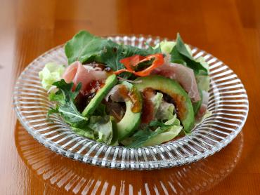 生ハムとアボカドのサラダ