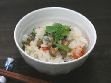 煎り大豆と春菊の炊き込みご飯